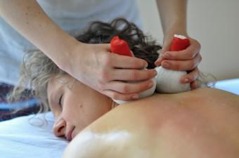 Zásaditá masáž bylinnými pečetěmi